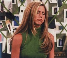 "Jennifer Aniston🌷 ""When you wake up thinking it's Friday but realize it's only Thursday. Stay strong out there, y'all. Cabelo Jenifer Aniston, Jennifer Aniston 90s, Jeniffer Aniston, Jennifer Aniston Friends, Friends Cast, Friends Moments, Friends Series, Friends Tv Show, Estilo Rachel Green"