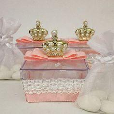 Lembrancinha de maternidade para a linda princesa Maria Eduarda que está chegando para iluminar a vida da mamãe e papai! ✨✨✨ Caixinha em acrílico, acompanha amêndoas no saquinho de organza! Um mimo! Orçamentos: alifidalgopersonalizados@gmail.com //whatsapp (27) 99782-6802 #lembrancinhas #lembrancinhaparanascimento #lembrancinhamaternidade #festainfantil #festademenina #festamenina #festaprincesa #festejarcomamor #garimpandolembrancas #queridadata #decorefesta #dentrodafesta #entrenafesta…
