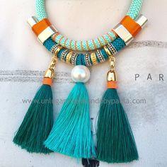 Collar con pompones y perla sintética. Todo el material en nuestra tienda online.