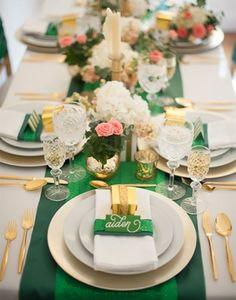 Luxuriöse Tischdekoration in Grün und Gold
