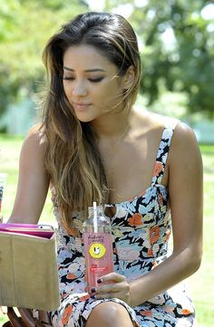 Shay Mitchell's makeup is flawless!