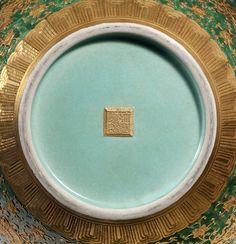 "111、A  GREEN- GROUND  GOLDEN  FLOWER""ANIMALS"" VASE Qing  Dynasty,  Qian  Long  ( 1736 – 1795 ) 54.8cm. (  21  1/2  in. )  high - 清乾隆绿地浮雕描金开光瑞兽花鸟天球瓶.jpg (1000×1036)"