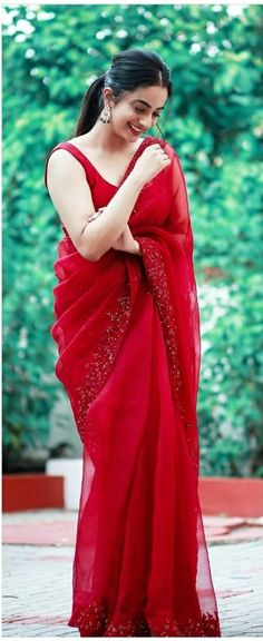 Saree Blouse Patterns, Designer Blouse Patterns, Saree Blouse Designs, Designer Dresses, Saree Look, Red Saree, Lace Saree, Indian Attire, Indian Outfits