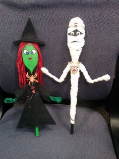 Halloween Spoon Puppet Craft for Kids: Witch and Mummy Puppets made out of wooden spoons