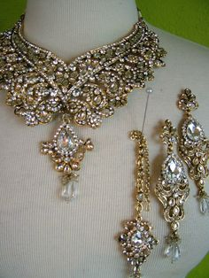 India Wedding Jewelry set with earrings and a necklace...Oh, India, you know how to make awesome jewelry.