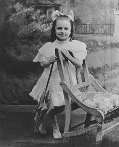Agnes Moorehead as a child in posing with a parasol next to a chair in front of a photographic studio painted backdrop. She is wearing a white dress and has a bow in her hair. Agnes Moorehead, Celebrities Then And Now, Young Celebrities, Beautiful Celebrities, Young Actors, Celebs, Golden Age Of Hollywood, Classic Hollywood, Old Hollywood