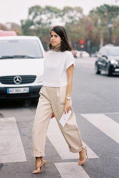 Whisper by Sara | camiseta branca, calça de alfaiataria bege e sandália nude | @whisperbysara || Leandra Medine (Man Repeller) via Vanessa Jackman