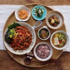 따뜻한 밥과 함께해도 맛있고, 피로를 풀어주는 반주와 즐겨도 좋은 메뉴~ 고추장 제육볶음이랍니다. 돼지고기를 활용해 온 가족이 즐기기에도 부담 없는데요. 아내의 식탁 레시피를 따라 ... K Food, Food Menu, Food Porn, Korean Street Food, Korean Food, Lunch Recipes, Healthy Recipes, Food Decoration, Aesthetic Food