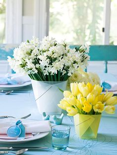 tischdeko ostern blau gelb thema tulpen rosen strauss