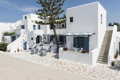 Magginas Studio-Apartments || The Cycladic-style Magginas Studio-Apartments is situated just a few metres from the beach and close to Parikia town centre.