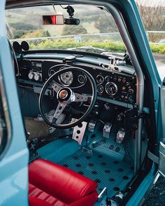 Loving the way this Mini is done ! The Interior and that Engine Bay is on point ! And the Lucky Owner Mini Cooper Classic, Classic Mini, Classic Cars, Mini Morris, Vw Pickup, Mini Copper, Honda Civic Hatchback, Morris Minor, Mini Clubman