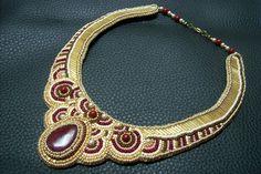 Egyedi készítésű, bordó Achát ásványos, valamint arany színű gyöngyös, gyöngy-hímzett nyakék. Ára: 10000.-Ft.