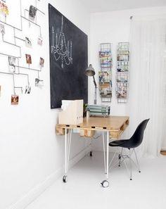 Bureau simple avec au mur un espace en ardoise pour écrire à la craie, et des présentoirs de cartes comme chez le buraliste ! http://www.unregardcertain.fr/30-idees-et-inspirations-de-decoration-pour-la-piece-du-bureau/2031