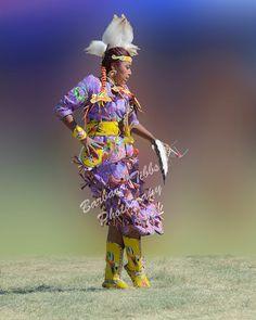 One of the beautiful teen jingle dancers at the 2014 Julyamsh Powwow held in Post Falls, ID. Native American Actors, Native American Wisdom, Native American Pictures, Native American Regalia, Native American Beauty, American Indians, Jingle Dress Dancer, Carnival Outfit Carribean, Powwow Regalia