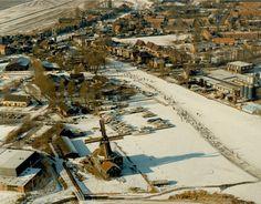 Beeld van de 14e Elfstedentocht. Luchtfoto van IJlst met op de voorgrond houtzaagmolen De Rat.  26 februari 1986