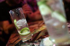 仏パリ(Paris)のバーで撮影されたカクテル(2013年7月11日撮影、本文とは関係ありません)。(c)AFP/KENZO TRIBOUILLARD ▼22Apr2014AFP|粉末アルコール飲料、米国で認可 http://www.afpbb.com/articles/-/3013268 #Cocktail #Coctel #Coquetel #Koktajl #Kaktel #Kokteyl