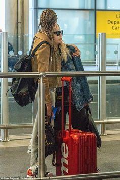 Ashley Benson & Cara Delevingne at Heathrow Airport – Celeb Central Hanna Marin, Cute Lesbian Couples, Lesbian Love, Ashley Benson, Pretty Little Liars, British Fashion Awards, Best Duos, English Fashion, Victoria
