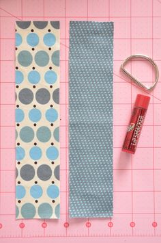 lip balm or chapstick holder. Great for a keychain or bookbag. Add a little cash for an easy and useful gift. There's lots more ideas online.Little Bit Funky: 20 minute crafter - chapstick cozy - {five minute edition} Small Sewing Projects, Sewing Projects For Beginners, Sewing Hacks, Sewing Tutorials, Sewing Patterns, Sewing Tips, Trending Crafts, Chapstick Holder, Craft Show Ideas