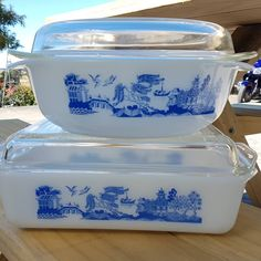 SOLD***Wow, 2 matching NZ willow Pyrex casserole dishes have been hiding away in my Auntys kitchen cupboards. She is happy to sell them if… Antique Dishes, Vintage Dishes, Vintage Pyrex, Kitchen Dishes, Glass Kitchen, Kitchen Cupboards, Pyrex Casserole Dish, Blue Willow China, Pyrex Bowls