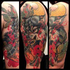 Tatuaje lobo Se oyen los aullidos con el tatuaje Lobo Tatuaje lobo de un artista desconocido Al igual que sucede con el oso, el tatuaje lobo es muy recurrente. Son animales que encarnan la fuerza y la valentía. Los lobos son