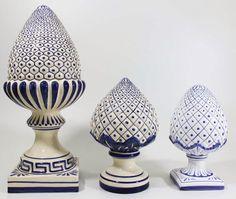 Registro, a partir do catálogo atual da fábrica,das pinhas ornamentais produzidas pela Cerâmica Luiz Salvador (Itaipava RJ). ... Garden Balls, Salvador, Xmas Crafts, Bottle Art, Pottery Art, Pottery Ideas, Ceramic Art, Garden Art, White Ceramics