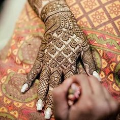 OMG! <3 <3 <3 this capture of the mehendi masterpiece in progress! Tat jaali pattern! #IndianWedding #fashion #bridal #mehendi #henna #inspiration | Curated by #WittyVows - The ultimate guide for the Indian Bride | www.wittyvows.com