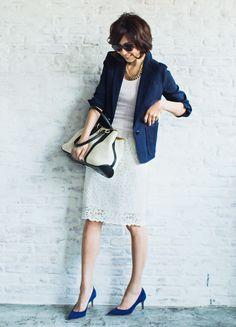 2.フェミニンな白レースタイトスカートとテーラードジャケットスタイル