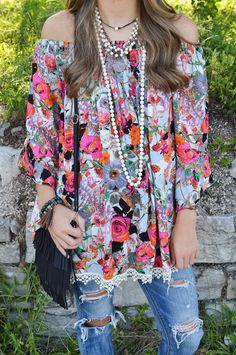 F l or a l l o v e💕// Floral Off Shoulder $37.50|| Fringe Cross-body $21|| Bracelet $26  . . .   Comment below with PayPal to purchase and ship or comment with size for 24 hour hold  #repurposeboutique#loverepurpose#hipandtrendy#shoprepurpose#boutiquelove#falltransition#style#trendy#fall#backtoschool#ashtoncatronphotography