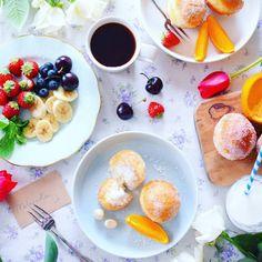 Good morning!  Happy Malasadas! . . . おはマラサダ! . . 今朝はマラサダ揚げて朝ごはん. . 砂糖をまぶしたプレーンと ハウピア(ココナッツ)クリーム入り. . . さくさくふわふわで美味しかったー . . 201616 . . . by nao_cafe_