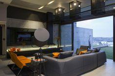 interior moderno en gris hormigon vidrio y madera naranja - Google Search