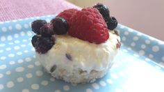 FroYo Bites - klein, fein, sommersüß - einfachleicht Easy, Raspberry, Cheesecake, Fruit, Desserts, Food, Coconut Flakes, Greek Yogurt, New Recipes