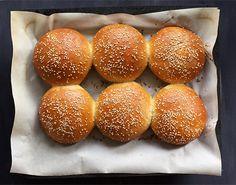 Die Brioche-Buns nach folgendem Rezept sind flaumig, dezent buttrig und nicht zu süß. Und falls Buns übrig bleiben, eignen sie sich perfekt als Frühstück.