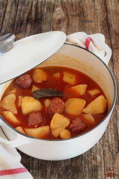 Como apetece en este tiempo un plato de cuchara, en casa cada semana se come el estofado de patatas y carne., un plato que hemos comido toda la vida en casa de mi madre.Esta es una alternativa también