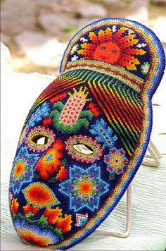 Se trata de mascarillas caseras. Se realizó en Huichol, México. Personas hacen estas manualidades para celebrar el día de los muertos. Usar esto para Halloween.