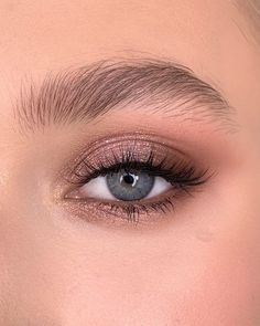 Make up made with Rose Gold Remastered On upper eyelid pink diamond Corner with demure/henna/coco ___ Макияж выполнен… Huda Beauty Rose Gold, Beauty Make-up, Beauty Hacks, Beauty Skin, Rose Gold Makeup, Eyebrow Beauty, Gold Makeup Looks, Fashion Beauty, Huda Beauty Makeup