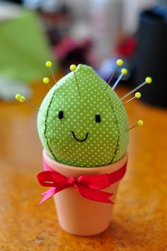 DIY Happy Cactus Pin Cushion @Florence Dagostini Speight, I'll do this with the pot you painted from the cactus I killed. How cute is this?