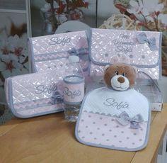 Cambiador, portadocumentos, portatoallitas, babero y brazalete en suaves tonos rosa y gris, todo ello personalizado       A la venta en nue...