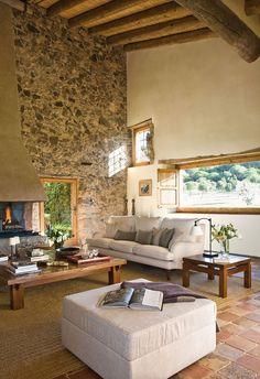 Salón con chimenea y vigas de madera con ventanas pequeñas y alargadas_00260943
