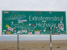 Situé dans le désert du Nevada à proximité de la zone 51, l'Extraterrestrial higway ou la route 375, à la réputation d'être l'endroit où l'on aperçoit le plus d'ovnis sur Terre. Les collines rougeâtres et les lacs asséchés qui longent cette route rappellent le paysage de la planète mars. Plusieurs habitants de cette région touristique témoignent d'évènement étrange survenu dans les environs. Certains disent même être rentrés en contact avec ces visiteurs de l'espace.