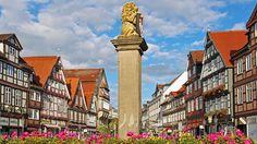 Ein weißes Schloss und Hunderte restaurierter Fachwerkhäuser: Die ehemalige herzögliche Residenzstadt Celle bietet viele Sehenswürdigkeiten, aber auch lebendiges Kleinstadtleben.