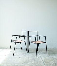 RieslanzaAlpina, su primera colección de muebles, cuyaslíneas estilizadas y su geometría angularson unjuego de vectoresy planos en el aire.