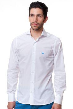 La clásica #camisa blanca es la prenda más versátil del armario. Es un básico para el dia y la noche. Puede sugerir una gran sensualidad o un carácter discreto y desenfadado. La camisa es una prenda definitiva, esta #temporada la camisa se lleva remangada y con dos botones sin abrochar. #Shop www.eeexclusive.com