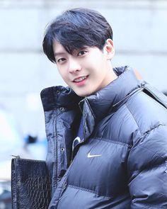 . 세상에... 我們二哥的美貌是真實的嗎 穿羽絨也無敵好看的這人 心臟痛 在此想向站姐致敬 Cr.btob_winning #brother_act #이민혁 Btob Lee Minhyuk, Sungjae Btob, Lee Changsub, Korean Celebrities, Korean Actors, Im Hyun Sik, Fandom, Korean Artist, Pretty Men