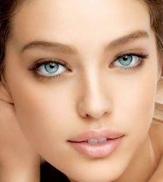 La tendencia para el rostro esta temporada es el maquillaje nude, un maquillaje ligero y natural en tonos beige y marrones suaves, sin rec...