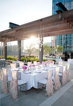 A modern rooftop wedding in the prettiest pink! Photo: Justin and Mary Marantz via Confetti Daydrams