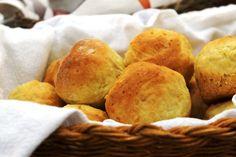 """Receita do mini pão de mandioquinha, conhecido também como """"falso pão de queijo"""", é uma ótima opção sem glúten para o café da manhã ou lanchinho da tarde"""