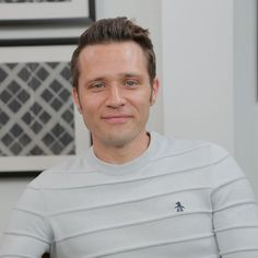 Seamus Patrick Dever (born July is an American actor best known for his role as Detective Kevin Ryan in the ABC series Castle. Castle Season 7, Seamus Dever, Richard Castle, Castle Tv Shows, Stana Katic, American Actors, Celebrity Pictures, Detective, Chef Jackets