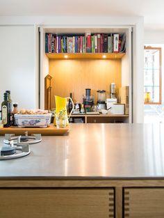Model Kabinet i egetræ - Garde Hvalsøe ● Tanker og Træ. Really like the… Open Plan Kitchen Living Room, Home Decor Kitchen, Kitchen Furniture, Furniture Design, Kitchen Ideas, Kitchen Pantry, Kitchen Inspiration, Modern Furniture, Kitchen Designs Photos