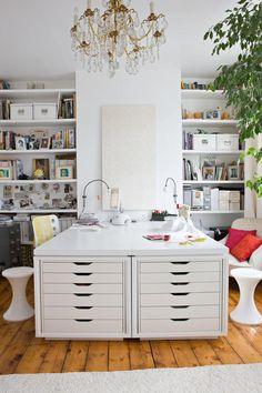 Schreibtisch mit symmetrischen Arbeitsplätzen