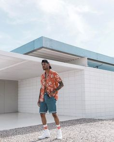 Orange seems to be ruling the fashion industry. You can see the celebrities or the girl next door wearing this … Summer Shorts Outfits, Short Outfits, Black Men Street Fashion, Urban Fashion, Mens Fashion, Moda Blog, Stylish Mens Outfits, Lookbook, Streetwear Fashion